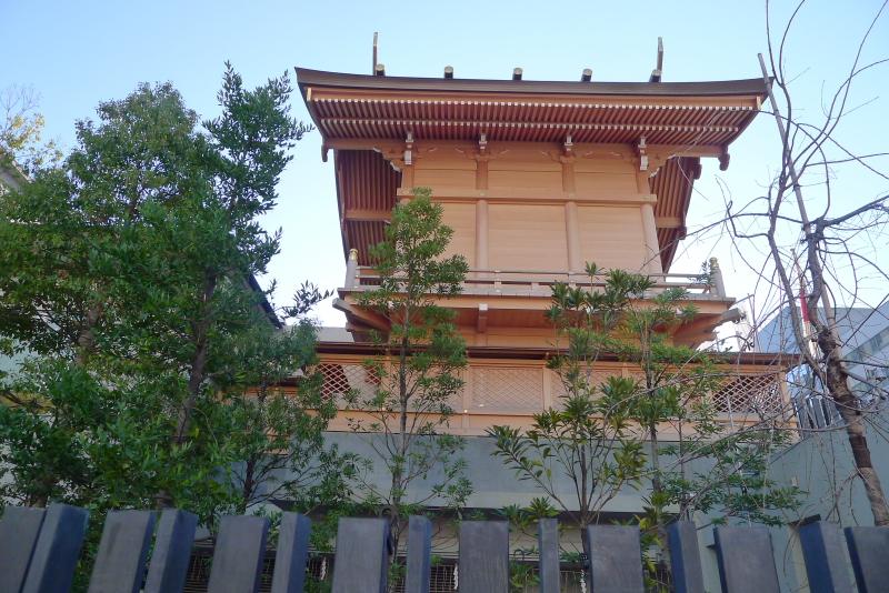 東京都中央区に鎮座する水天宮を道路から見上げた