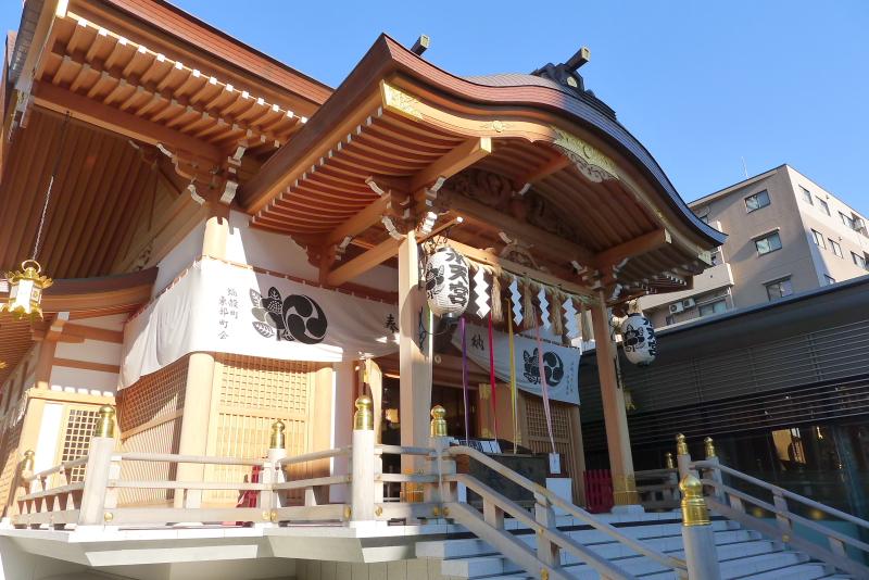 東京都中央区にある水天宮の真新しい社殿、材木が輝いているように美しい