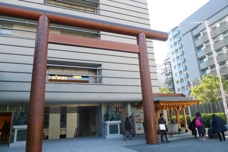 東京都中央区にある水天宮の境内の様子と鳥居