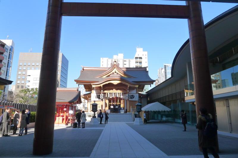 東京都中央区に鎮座する水天宮の鳥居と社殿