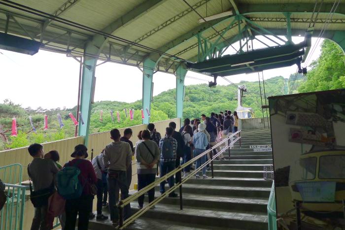 宝登山ロープウェイに並んでいる人の行列
