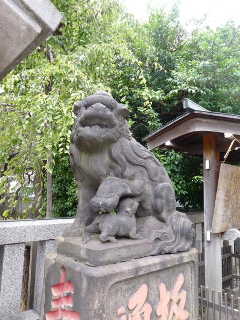 牛天神北野神社の子供に乳を飲ませている狛犬
