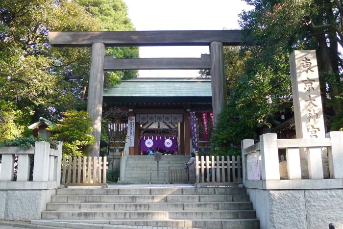 東京大神宮の鳥居と社号標