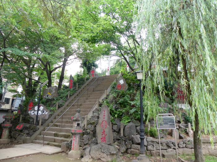 文京区本駒込_駒込富士神社 社殿に続く階段を横から見る