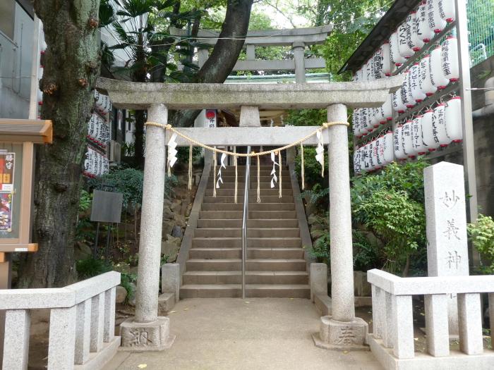 豊島区駒込妙技神社の石造りの鳥居