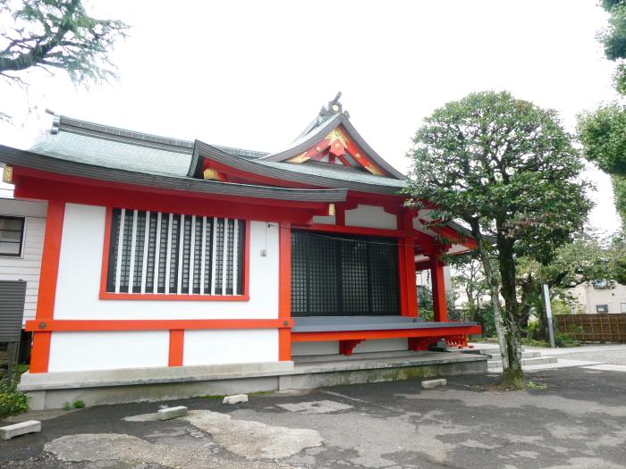 港区_麻布氷川神社の社殿を横から見たところ