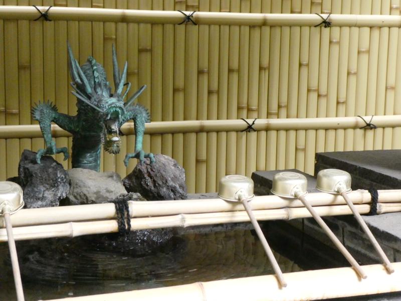 銀杏岡八幡神社の手水舎は龍の口から水が注がれている