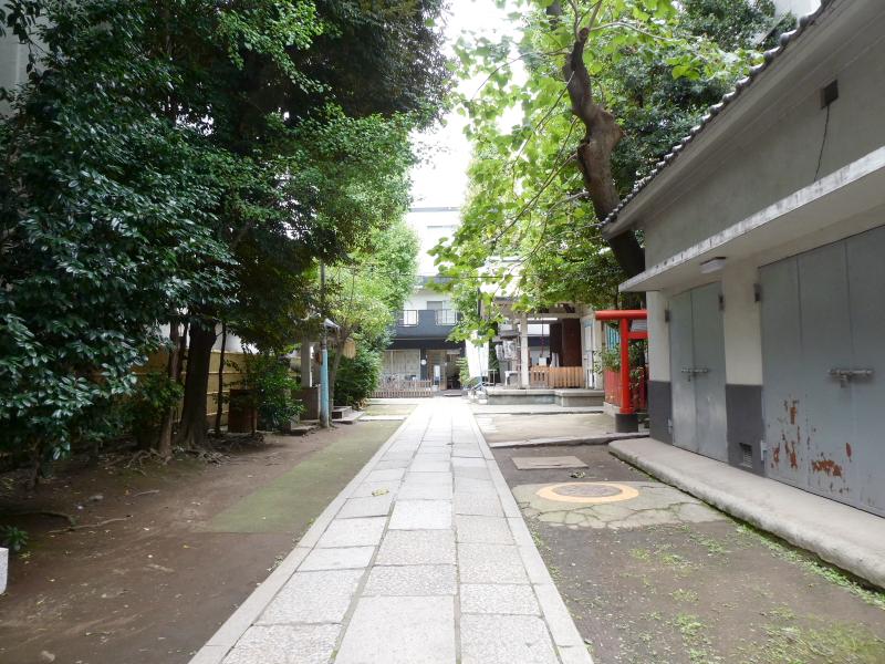 銀杏岡八幡神社の鳥居からまっすぐ伸びる参道