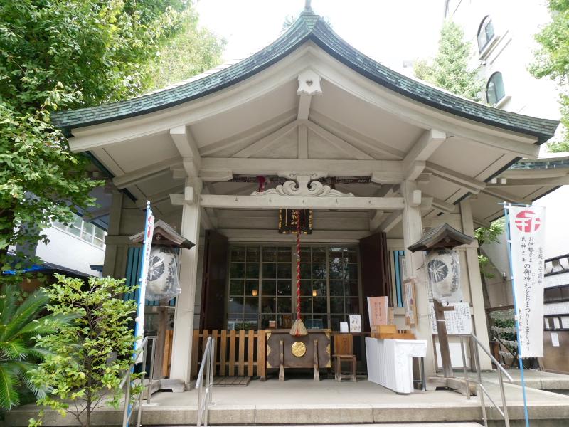 銀杏岡八幡神社のコンクリート製の社殿