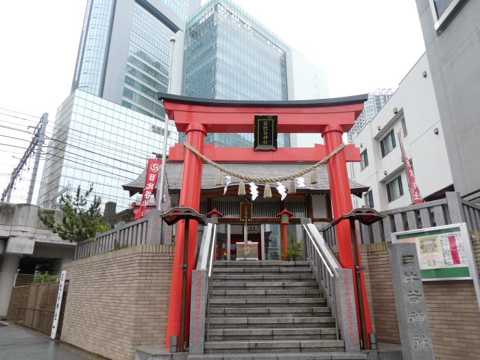 背後に高層ビルがそびえ立つ港区の日比谷神社