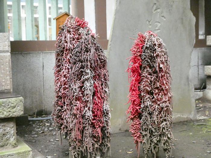 虎の門金刀比羅宮の境内社 結神社の赤いひも