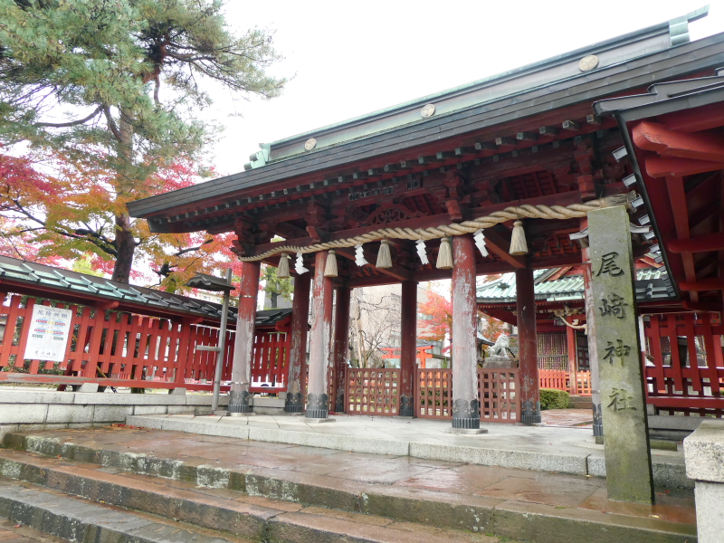 石川県金沢市の尾崎神社の神門と社号標