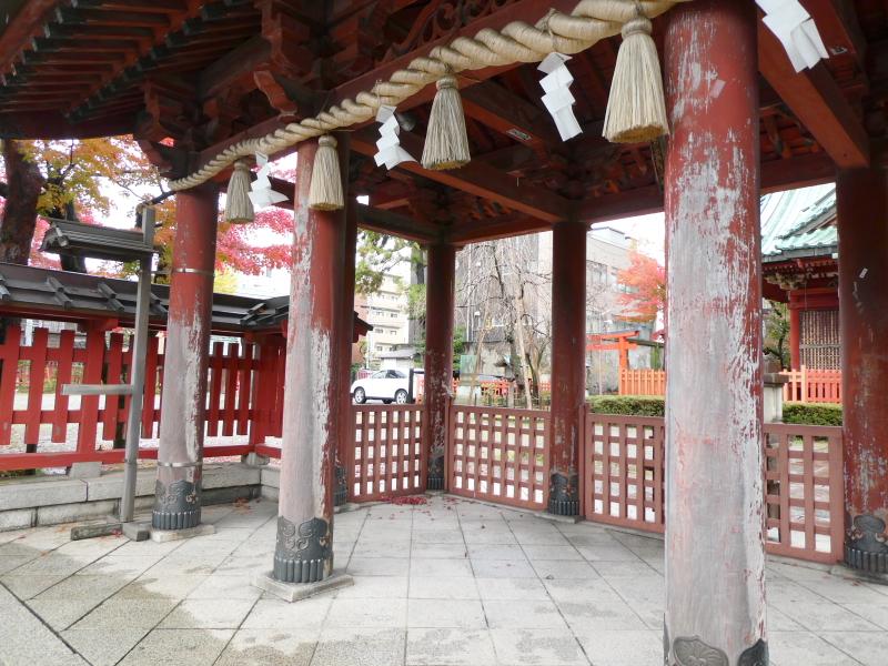 石川県金沢市の尾崎神社の色あせた神門の柱