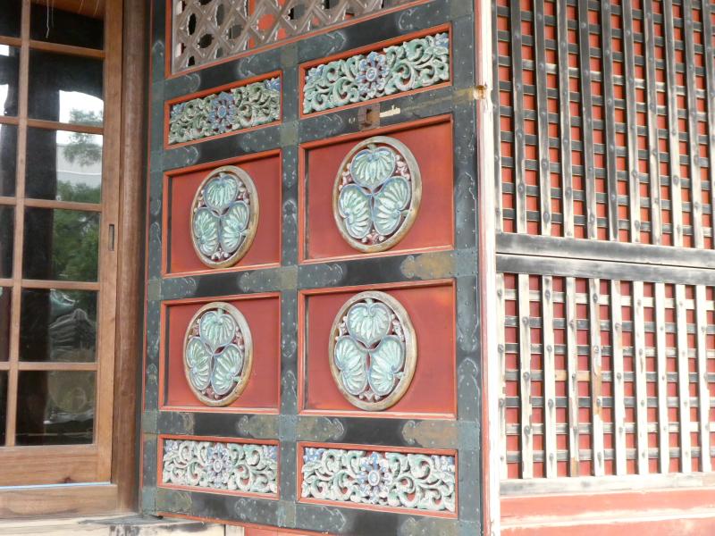 石川県金沢市の尾崎神社の社殿の扉に刻まれた葵の御紋