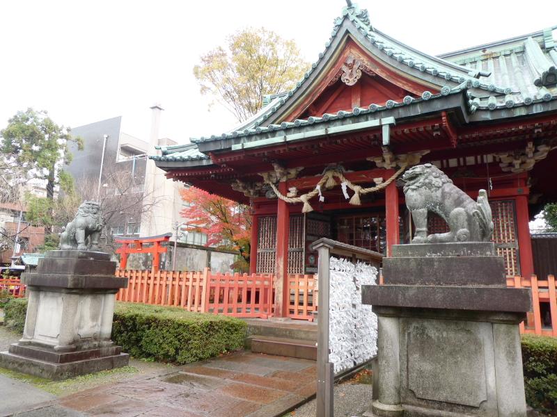 石川県金沢市の尾崎神社の社殿と狛犬
