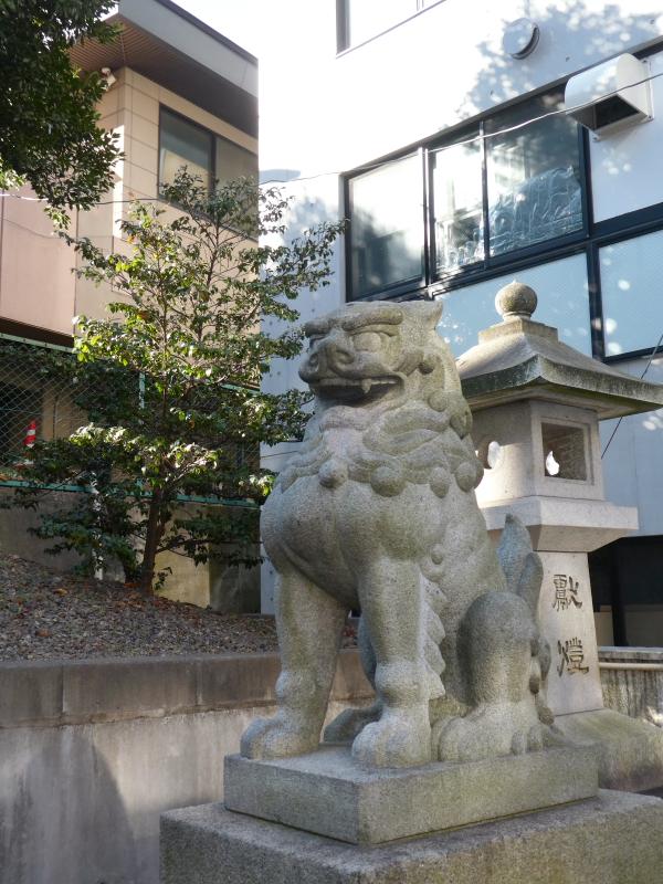 港区_白金氷川神社の鳥居脇に鎮座する狛犬