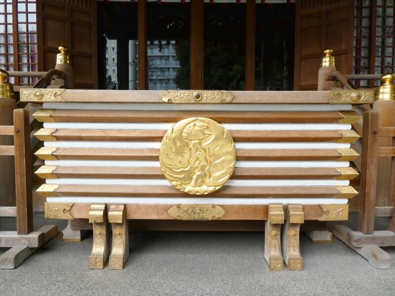 目黒大鳥神社の社紋である鳳凰が描かれた御賽銭箱