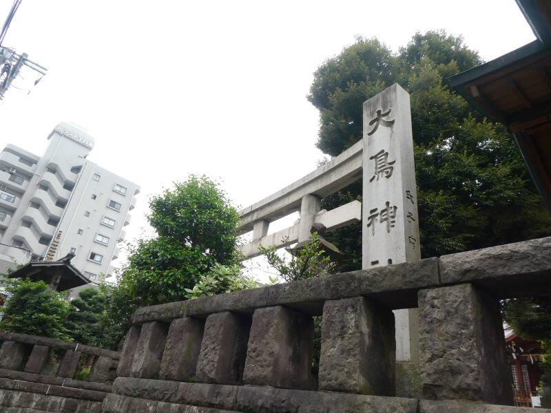 目黒大鳥神社の鳥居と社号標